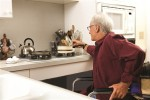 Hombre en cocina adaptada